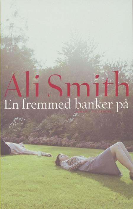 En fremmed banker på af Ali Smith